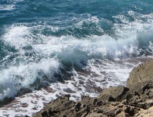 Wellen an der Küste.JPG
