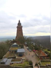 Blick vom Barbarossa-Turm auf den Kyffhäuser.JPG