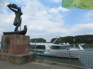 Hagen wirft den Nibelungenschatz in den Rhein.JPG
