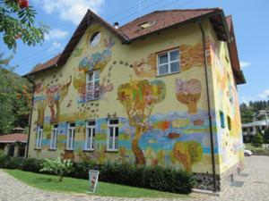 Buntes Haus in Rajec Teplice 2.JPG