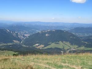 Tiefblick vom Kammweg ins Vratna-Tal.JPG