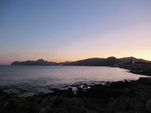 Küstenlinie Cala Rajada am Abend.JPG