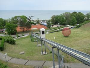Göhren mit Strand-Fahrstuhl.JPG
